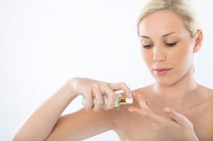 Applicera serumet för att stärka din hy